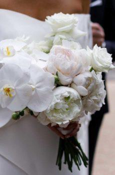 Bouquet d'orchidées et pivoines