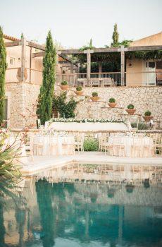 Réception au bord d'une piscine