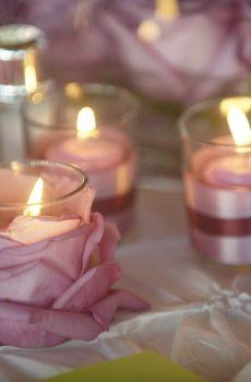 Idée bougies dans des roses